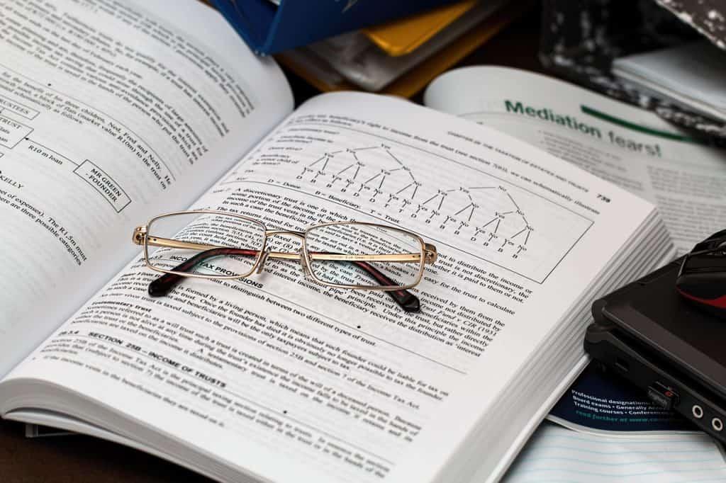 ספר משפטים פתוח ועליו משקפיים