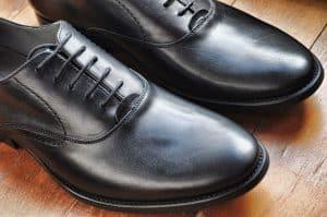 נעל בצבע שחור