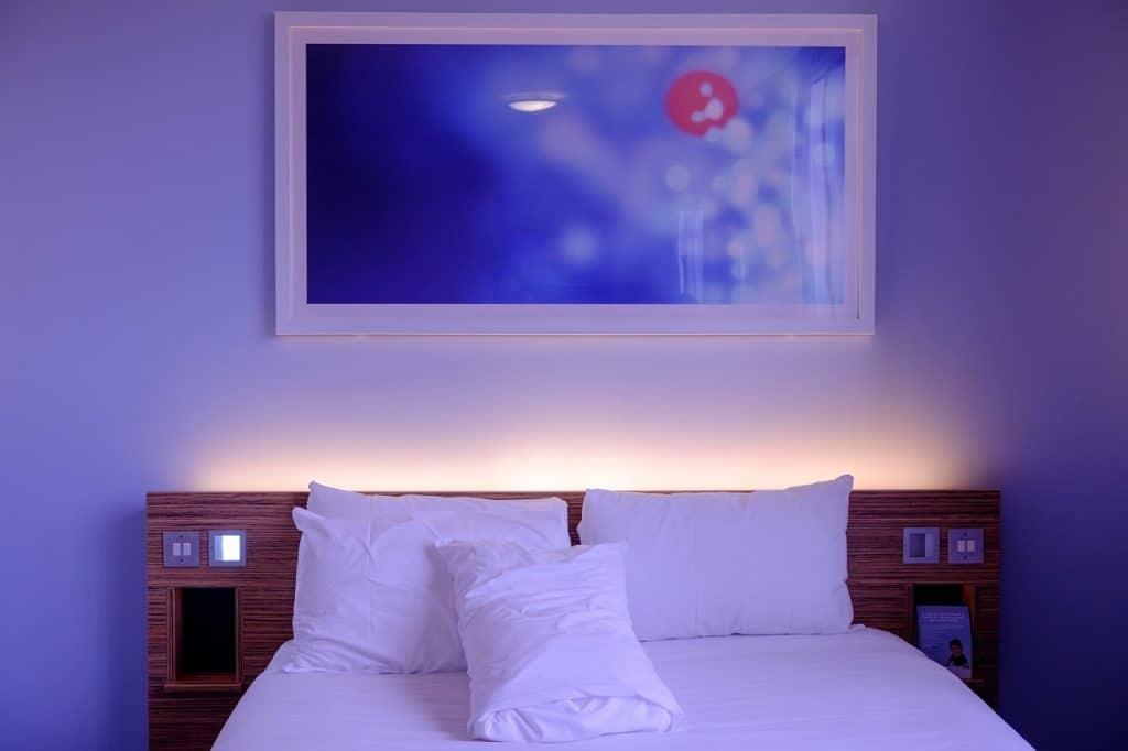 מיטה בחדר שינה