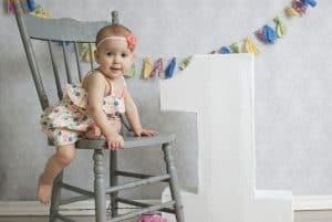 תינוק על כיסא יום הולדת