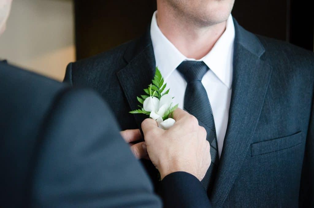פרח על עניבה