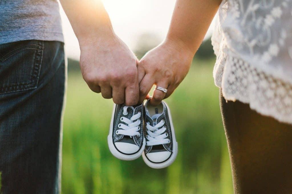 זוג בוחר נעל