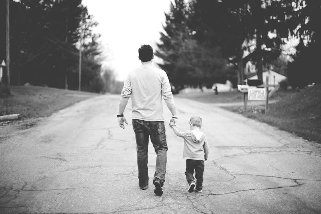 אבא הולך עם ילד